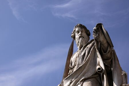 A statue of St. Paul backed by blue sky, Vatican City, Rome. Banque d'images