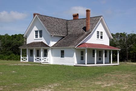 casa colonial: Una gran casa de estilo colonial que se sienta en el sol.