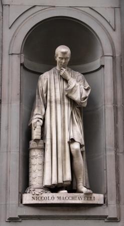 Eine Statue von Machiavelli sitzt außerhalb der Uffizien in Florenz, Italien. Standard-Bild - 13779694