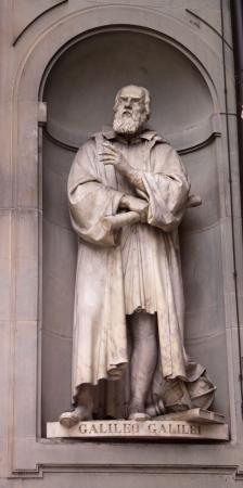 Eine Statue Galileo Galilei sitzen außerhalb der Uffizien in Florenz, Italien. Galileo ist ein berühmter Astronom. Standard-Bild - 13803294