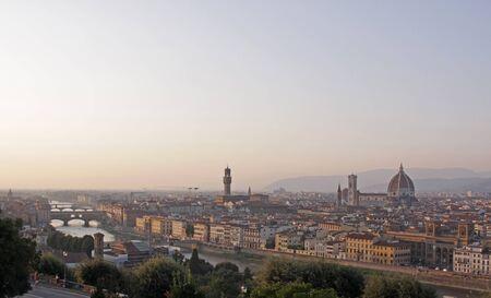 Florence (Firenze) Italië, skyline geschoten in de schemering. Met de kathedraal van Florence (Basiliek van Saint Mary of the Flower, dat wil zeggen de Duomo), de rivier de Arno en het Palazzo Vecchio. Stockfoto