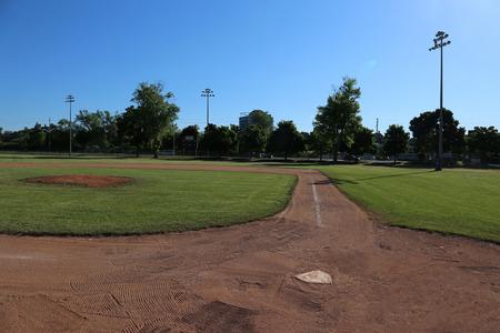A wide-angle shot of an unoccupied baseball field. Foto de archivo