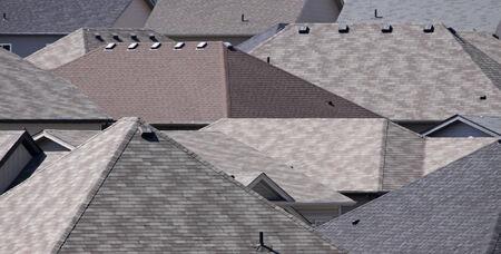 shingles: Los techos de muchas casas en una subdivisión.