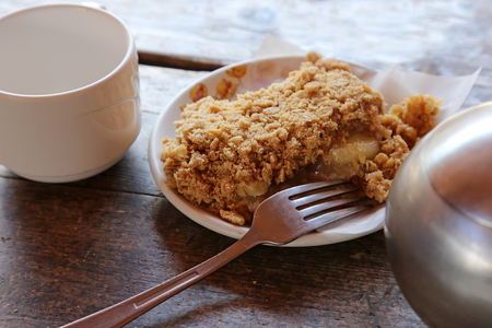 Delicious apple crisp sitting on a wooden table. Banque d'images