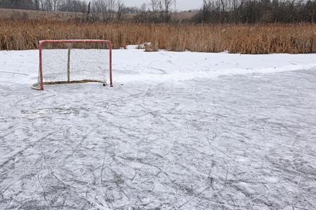 Un filet de hockey sur glace sur un étang patinoire extérieure. Banque d'images - 37157401