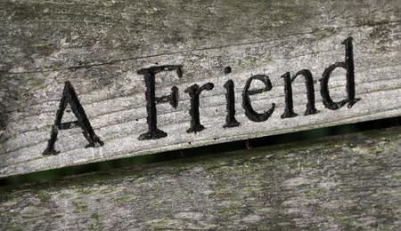 言葉の「友達」は、木材に刻まれています。 写真素材 - 37427489