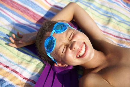 sunbath: Preteen meisje genieten van de zon bad op zee strand Stockfoto