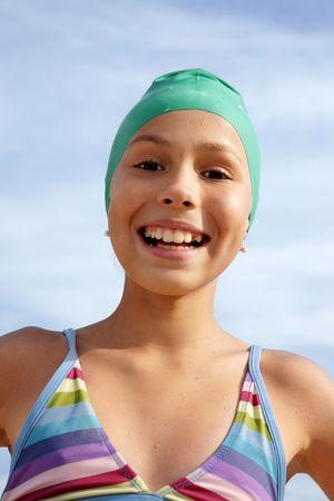 海のビーチで日光浴を楽しんでプレティーンの女の子