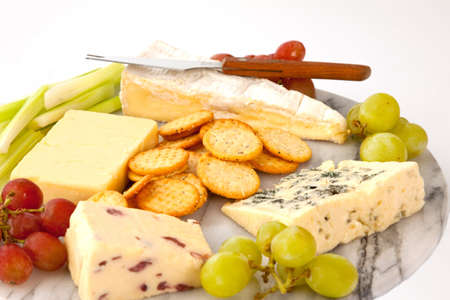 tabla de quesos: Selecci�n de quesos con galletas y decorar en un cheeseboard de m�rmol