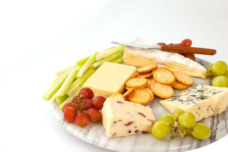 tabla de quesos: Selecci�n de quesos con galletas y decorar en un cheeseboard de m�rmol