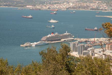 docked: Trazador de l�neas de cruceros de lujo atracado en el puerto de Gibraltar Foto de archivo