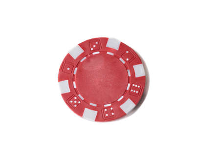 Cerca de un único chip de juego rojo aislado contra un fondo blanco