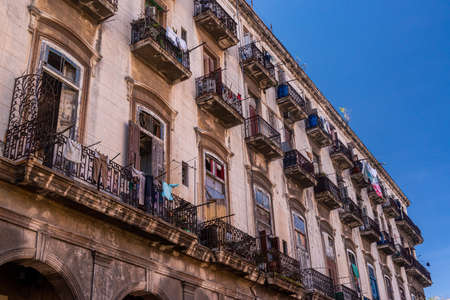 Deco and colonial architecture live side by side on the old facades of the Cuban capital. 報道画像
