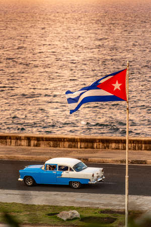 One of Havana's great attractions is taking a tour of the city in traditional old and colorful cars. 報道画像