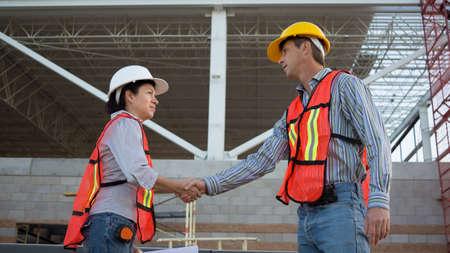 Travailleurs masculins et f�minins Shake Hands Banque d'images