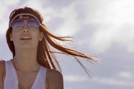 mujer hippie: joven Morena expresivo con gafas de sol con estilo possing