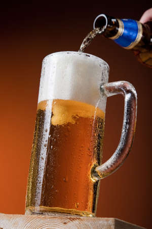 Großer Becher mit Bier isoliert in Bewegung  Standard-Bild