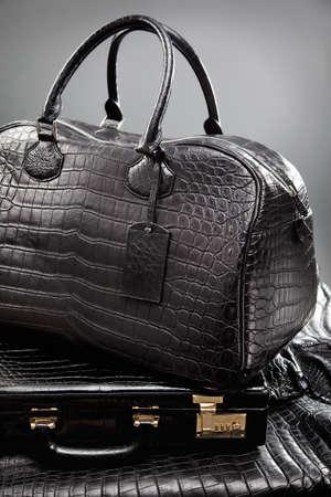 tooled leather: Borsa in pelle sdraiato sul caso Archivio Fotografico