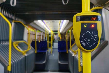 Nouvelle cabine moderne de transport urbain avec validateur jaune