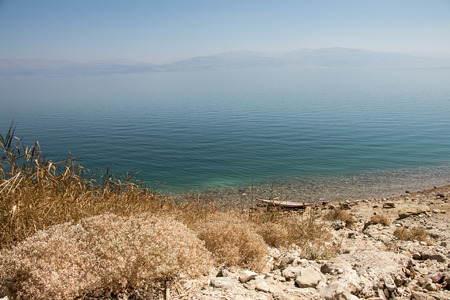 A boat sits on the edge of the Dead Sea Standard-Bild