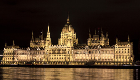A side view of the Hungarian Parliament in Budapest, reflecting in the Danube river Standard-Bild