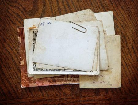 Weinlesehintergrund mit altem Papier und Buchstaben