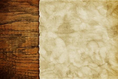 Foglio di carta Grunge su parete di legno o tavolo in stile loft Archivio Fotografico - 83535605