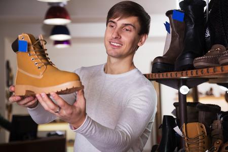 ハンサムな男が靴を買いたいです。