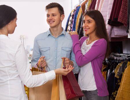 shop assistant: shop assistant in a boutique ????? a young couple