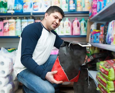 clase media: Ordinaria chico de clase media compra de carbón en el supermercado