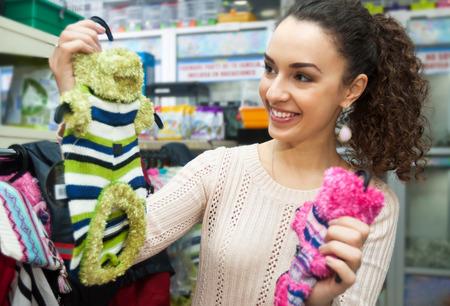 犬のクチュールを購入し、ペット店で笑顔の若い女性
