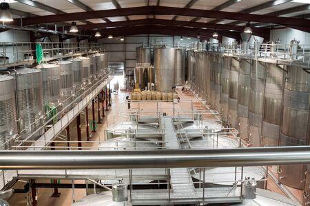 ワイン水槽温度管理の下で工場設備の内部 写真素材