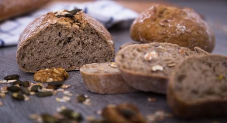 木の板にパンの香りのよいパン