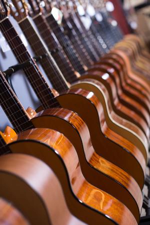 ストアに新しいアコースティック ギターの長蛇の列