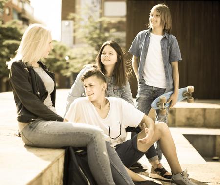 grupo de adolescentes se comunican en el patio de la escuela