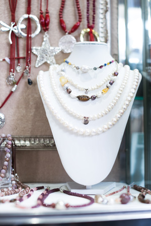 Modern decorations on store shelves Banque d'images