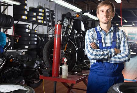 male mechanic working in auto repair shop Imagens
