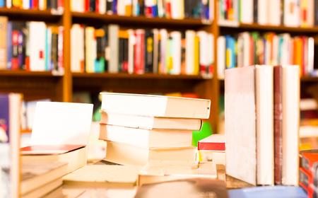 diferentes libros de arte sobre la mesa en la biblioteca