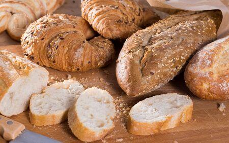 fresh slices of wheaten bread on wooden surface Stockfoto