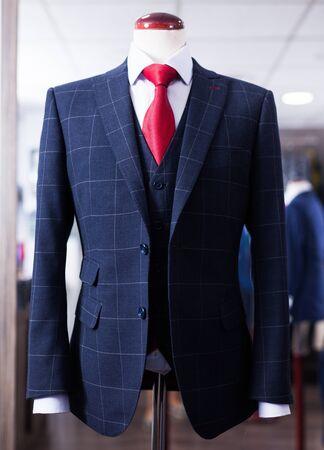 Elegancka marynarka z koszulą i krawatem na manekinie