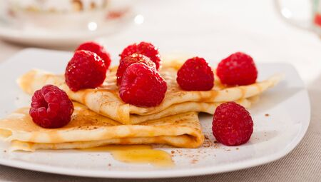 delicious pancakes with raspberries and honey Imagens - 134482817
