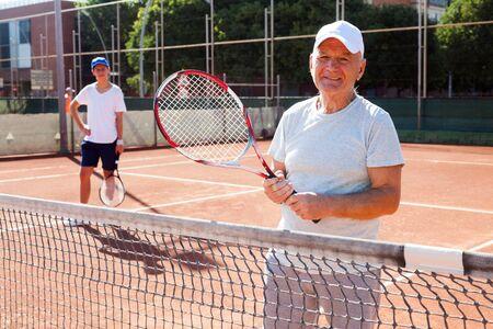 lawn tennis player posing on tennis court Imagens