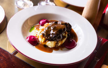 delicious beef cheek with mashed potatoes and currant oil Foto de archivo