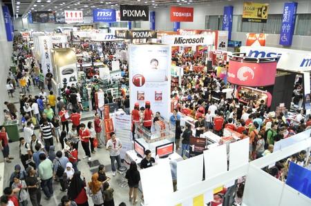 exhibition crowd: KUALA LUMPUR, MALAYSIA - 8 agosto: Massive folla Pikom PC fiera 2010 su 8 agosto 2010 al centro congressi di Kuala Lumpur, Kuala Lumpur. Editoriali