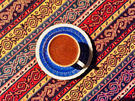Hot coffee prepared in a Turk. Top view on a beautiful curled foam. Banque d'images - 98231943