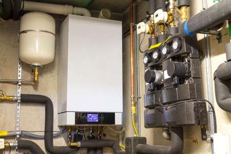Caldera de condensación de gas en la sala de calderas