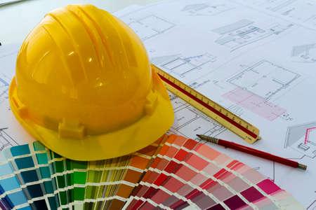 Un escritorio de oficina con las ideas de proyectos y casco protector