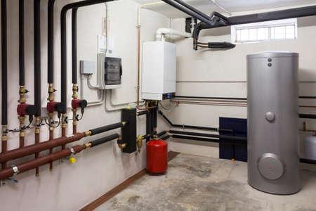 Condensatieketel gas in de stookruimte Stockfoto - 59478076