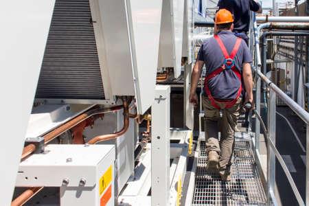 loodgieters aan het werk het installeren van een koelmachine in een industrie