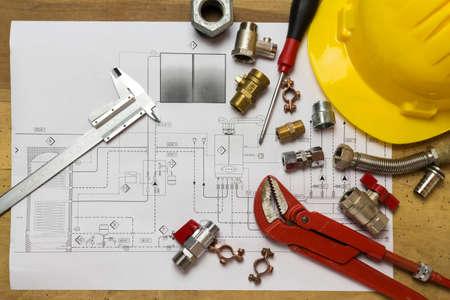 Scrivania con raccordi idraulici, casco e progettazione